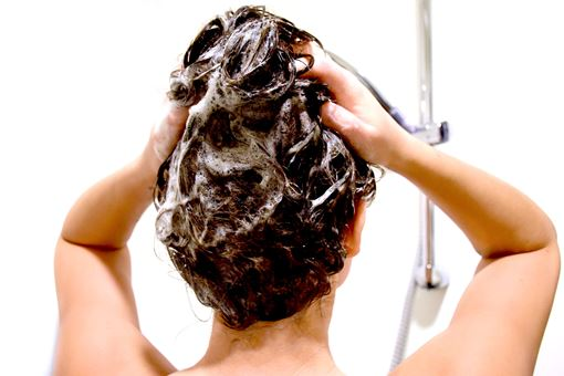Wash your hair correctly and avoid greasy hair