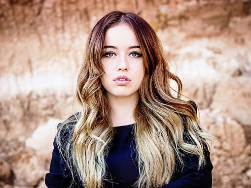 2020 hair fashion: Dark roots ombre with light ends